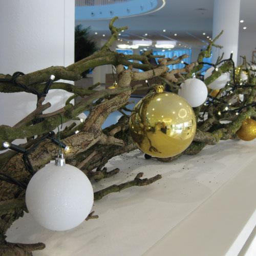 Donkergroen kerstboomservice maatwerk gedecoreerde takken